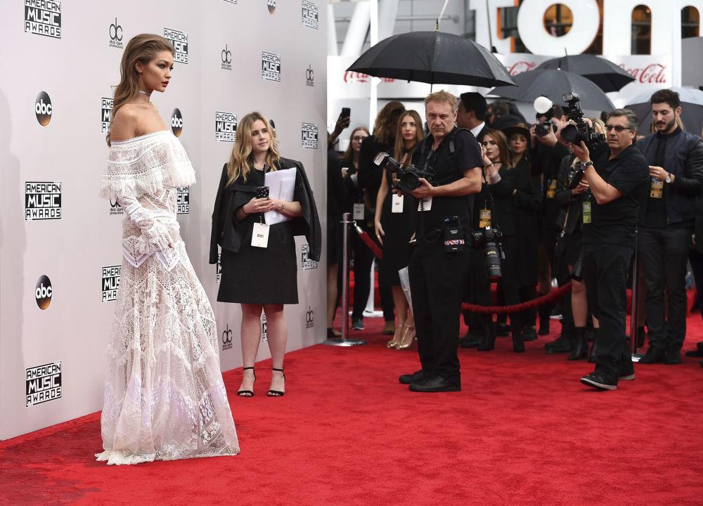 Modelo americana Gigi Hadid posa para fotógrafos na cerimônia de premiação American Music Awards em Los Angeles