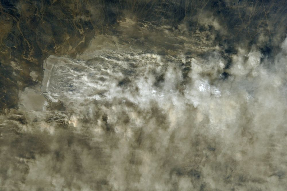 Foto de tempestade de areia no Cazaquistão tirada a partir da EEI pelo cosmonauta russo Anton Shkaplerov