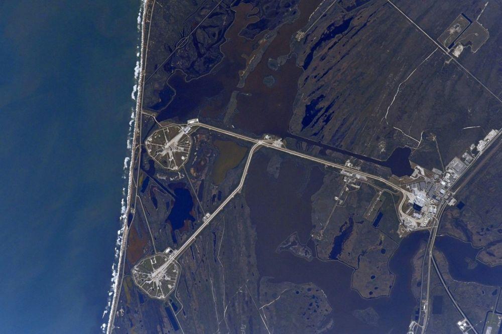 Foto dos complexos de lançamento LC-39A e LC-39B tirada a partir do espaço pelo cosmonauta russo Anton Shkaplerov.