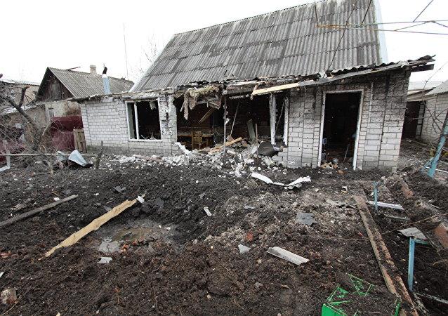 Casa destruída por um ataque contra a cidade de Yasinovataya, no leste da Ucrânia