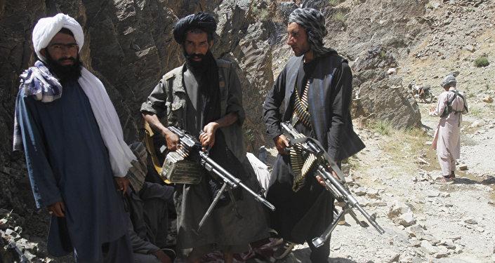 Membros de uma facção dissidente dos combatentes do Talibã durante uma patrulha no distrito de Shindand na província de Herat, Afeganistão (Arquivo)