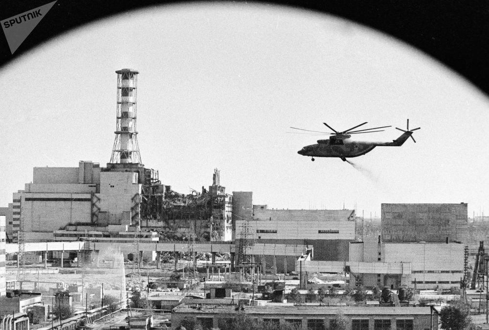 Helicópteros realizando descontaminação de edifícios da Usina Nuclear de Chernobyl após catástrofe