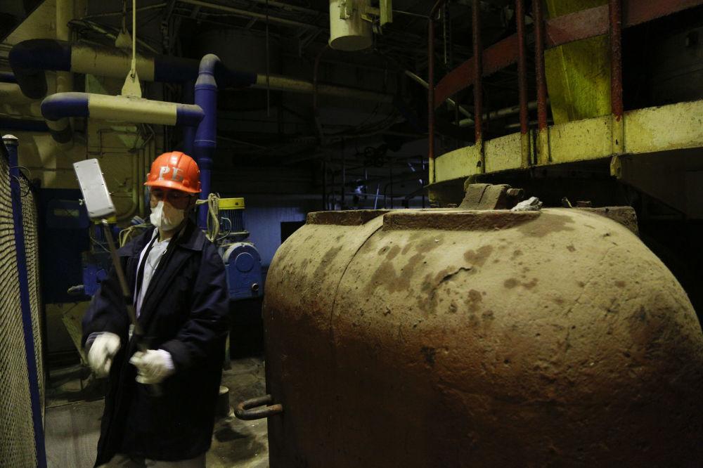 Operário verificando nível de radiação no território do terceiro reator da Usina Nuclear ucraniana de Chernobyl em 2018