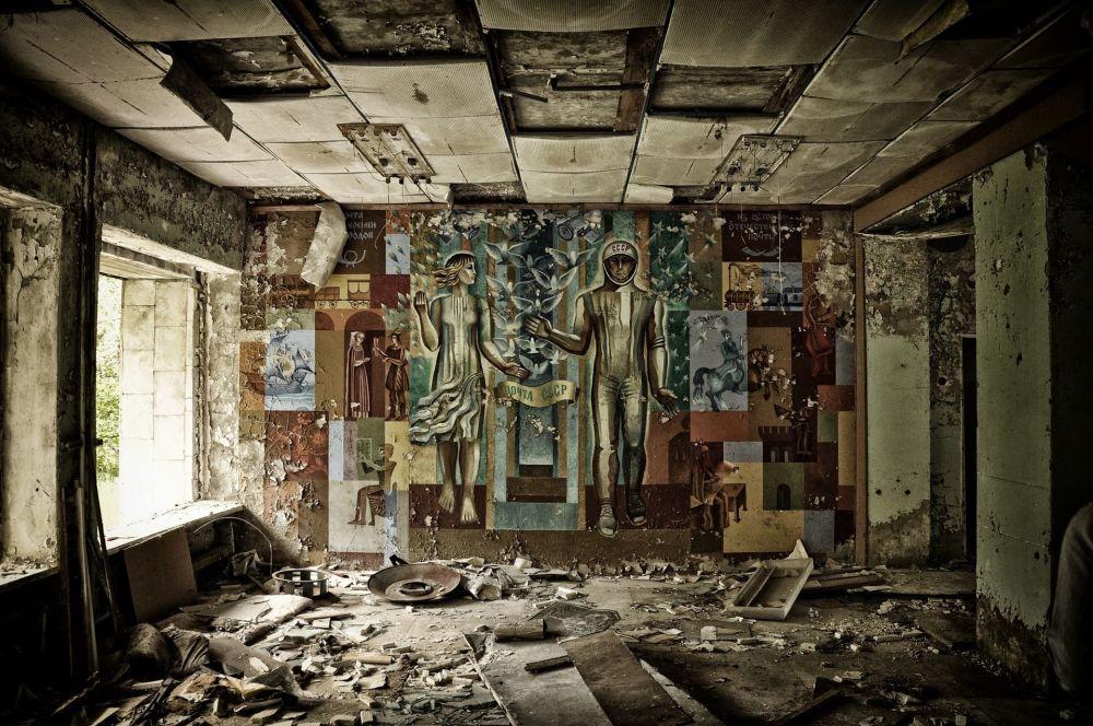 Interior de um edifício na cidade fantasma de Pripyat, Ucrânia