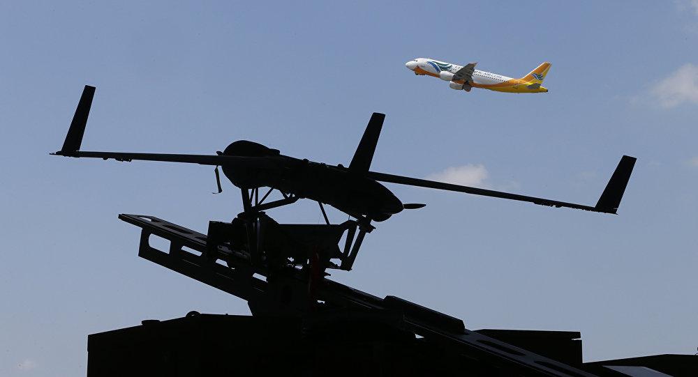 Avião comercial decolando com um drone em primeiro plano