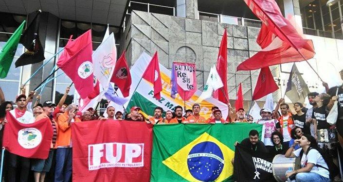 Manifestantes em defesa da Petrobras, no Rio de Janeiro, em frente à sede da empresa