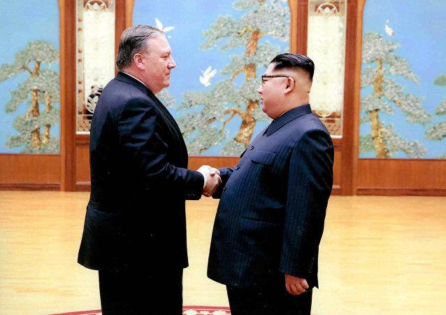 Diretor da CIA, Mike Pompeo, cumprimenta o presidente da Coreia do Norte, Kim Jong-un, em Pyongyang