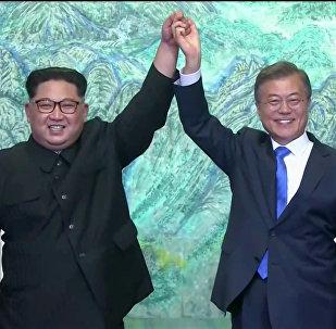 Líder norte-coreano, Kim Jong-un, e seu homólogo sul-coreano, Moon Jae-in, depois da assinatura dos acordos durante a cúpula, 27 de abril de 2018