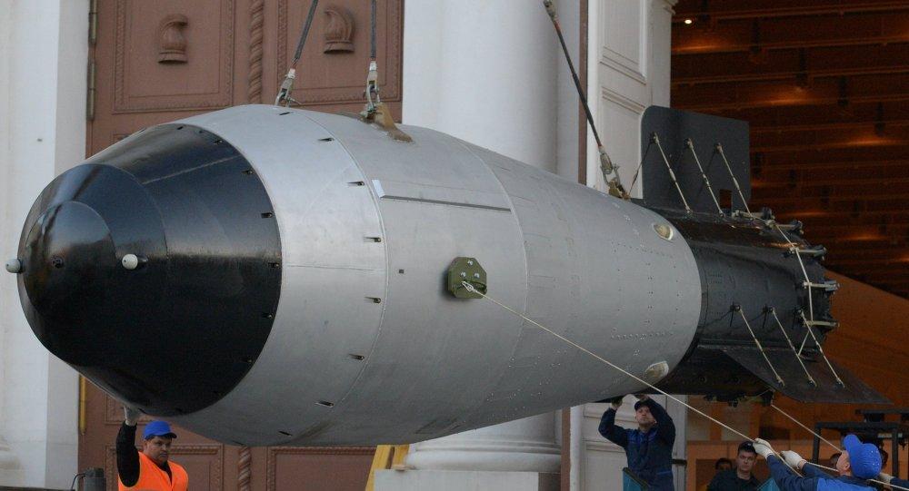 Uma réplica em tamanho real da mais poderosa bomba nuclear já detonada na história, mais conhecida como Tsar Bomba, sendo levada para exibição no centro de Moscou.