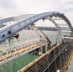 Construção da Ponte da Crimeia e vias de acesso para carros, vista desde a stanitsa russa de Taman