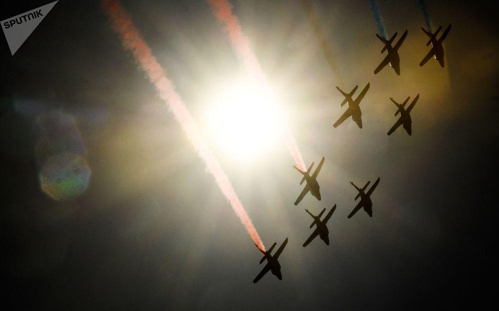 Apresentação do grupo de acrobacia aérea Patrouille de France, em aviões Alphajet, em uma das etapas do campeonato Red Bull Air Race, em Cannes