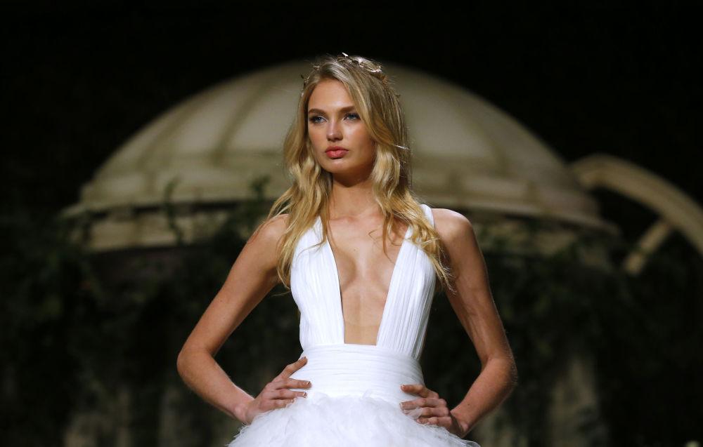 Modelo veste peça da casa Pronovias durante a semana de moda nupcial em Barcelona