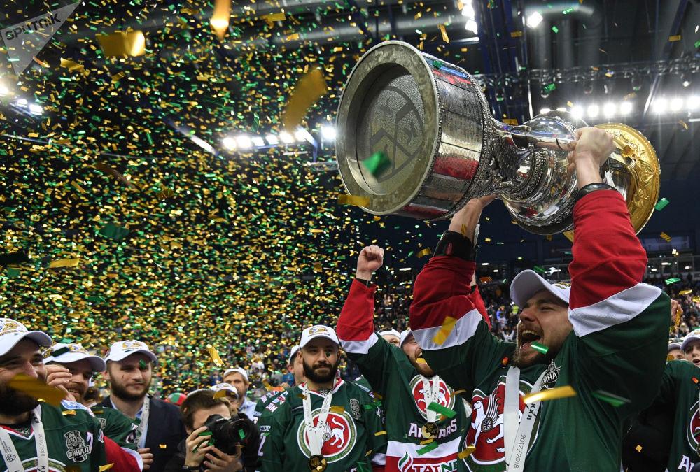 Jogadores do time Ak Bars, da cidade russa de Kazan, festejam a vitória na Copa Gagarin em Hóquei no Gelo
