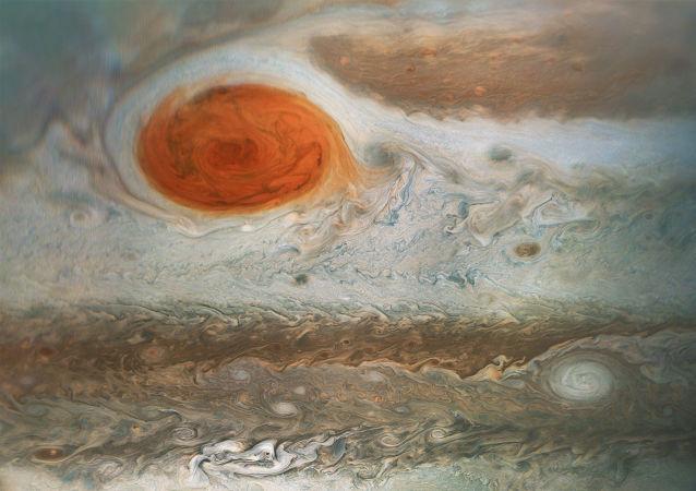 Esta imagem da icônica Grande Mancha Vermelha de Júpiter e zonas turbulentas circundantes foi capturada pela sonda Juno da NASA.