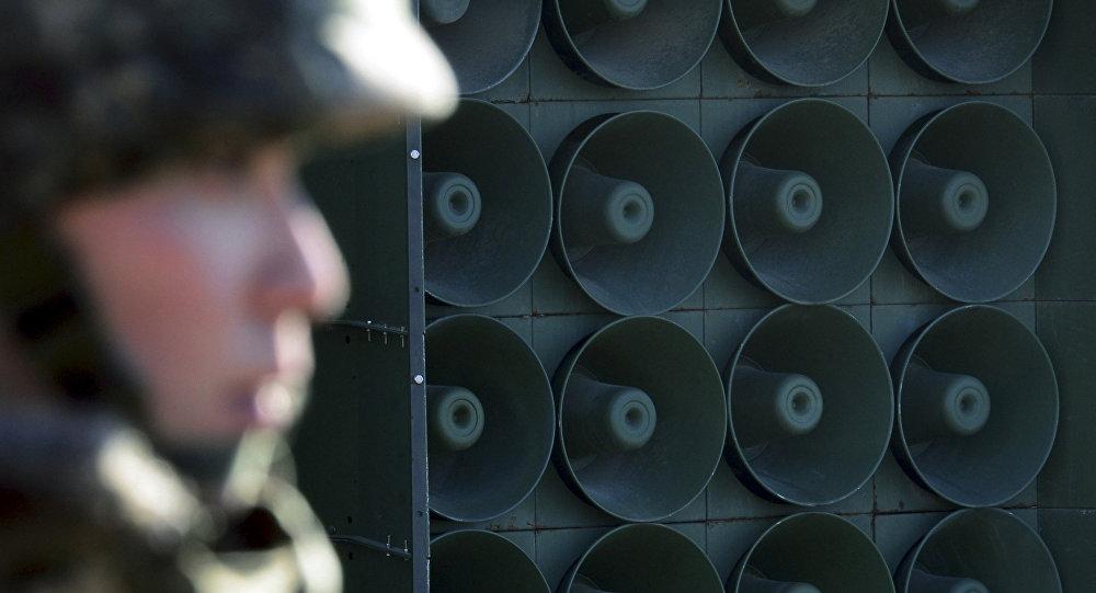Soldado sul-coreano em frente aos alto-falantes posicionados na fronteira com a Coreia do Norte