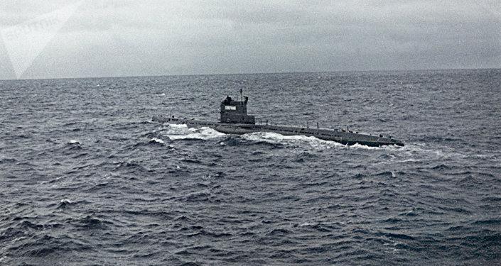 Submarino soviético Severyanka no oceano Atlântico (imagem referencial)