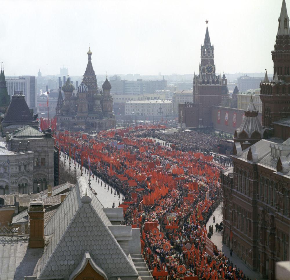 Desfile festivo dos trabalhadores na Praça Vermelha no Dia Internacional dos Trabalhadores, em 1º de maio de 1976
