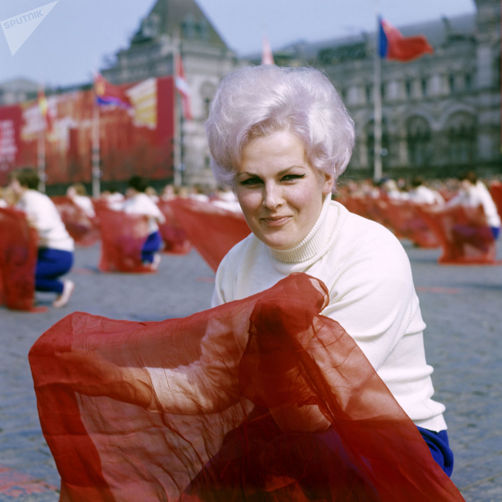 Participante do desfile de ginastas na Praça Vermelha no Dia Internacional dos Trabalhadores, em 1º de maio de 1969