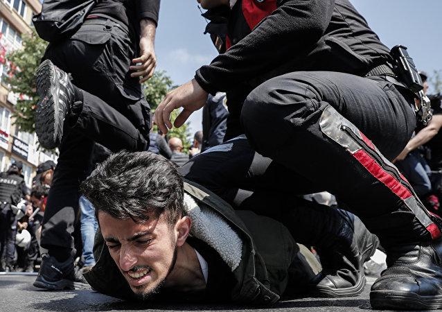 Polícia turca prende manifestante que tenta furar bloqueio e festejar o Dia do Trabalhador na praça Taksim, em Istambul
