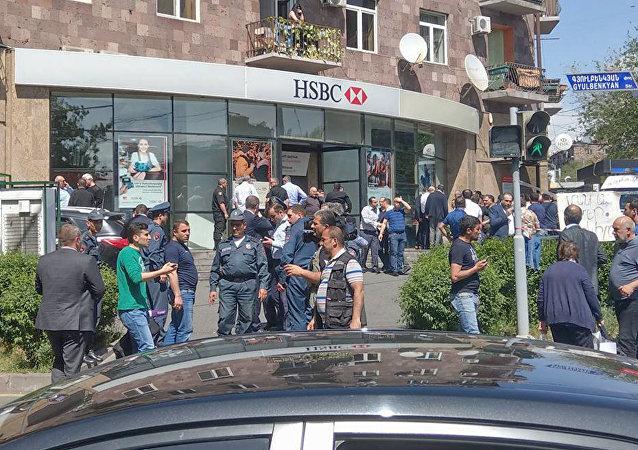 Banco no centro de Erevan, onde ocorreu tiroteio, 3 de maio de 2018