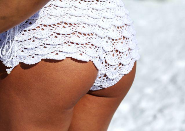 Biquíni sensual branco de uma participante do festival russo