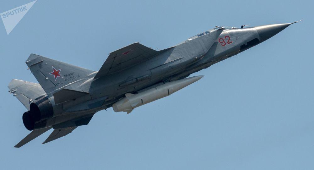 O caça polivalente MiG-31 com míssil hipersônico russo Kinzhal durante a parte aérea dos ensaios do desfile militar do Dia da Vitória em Moscou [© Sputnik / Vladimir Sergeev]