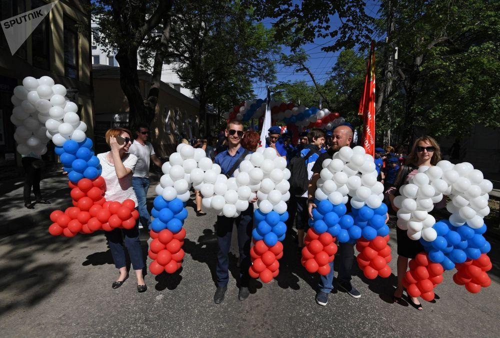 Participantes do desfile do 1º de maio na cidade de Simferopol, na Crimeia