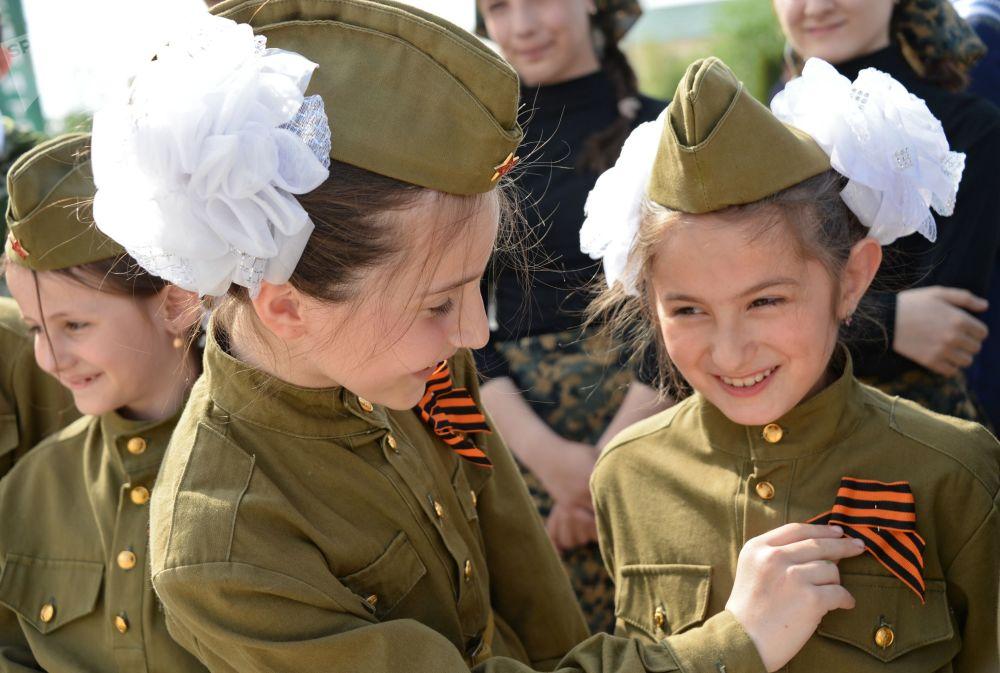 Crianças participam da ação nacional Fita de São Jorge na república da Chechênia, nas vésperas do Dia da Vitória, 9 de maio