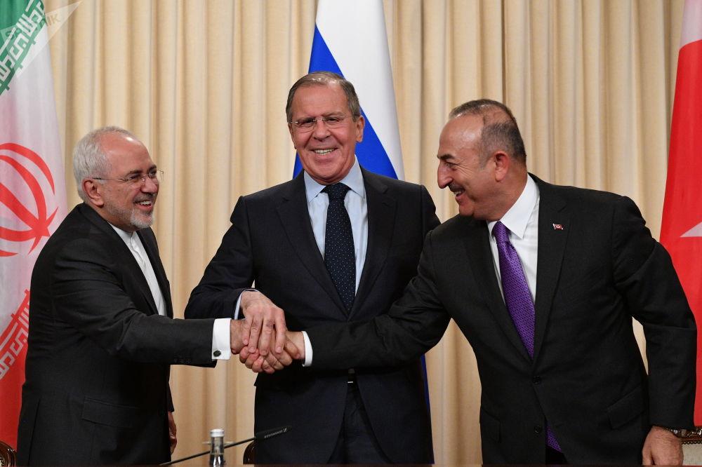Chanceler iraniano, Mohammad Javad Zarif, seu homólogo russo, Sergei Lavrov, e turco, Mevlut Cavusoglu (de esquerda à direita) durante uma coletiva de imprensa conjunta após uma reunião trilateral em Moscou