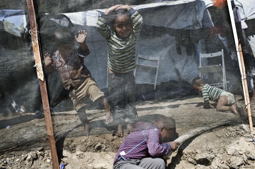 Crianças brincam em campo de refugiados de Moria na ilha de Lesbos, na Grécia