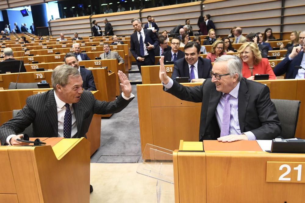 Presidente da Comissão Europeia, Jean-Claude Juncker (à direita), e Nigel Farage, apoiante do Brexit e membro do Parlamento Europeu (à esquerda), em uma das sessões plenárias da entidade em Bruxelas