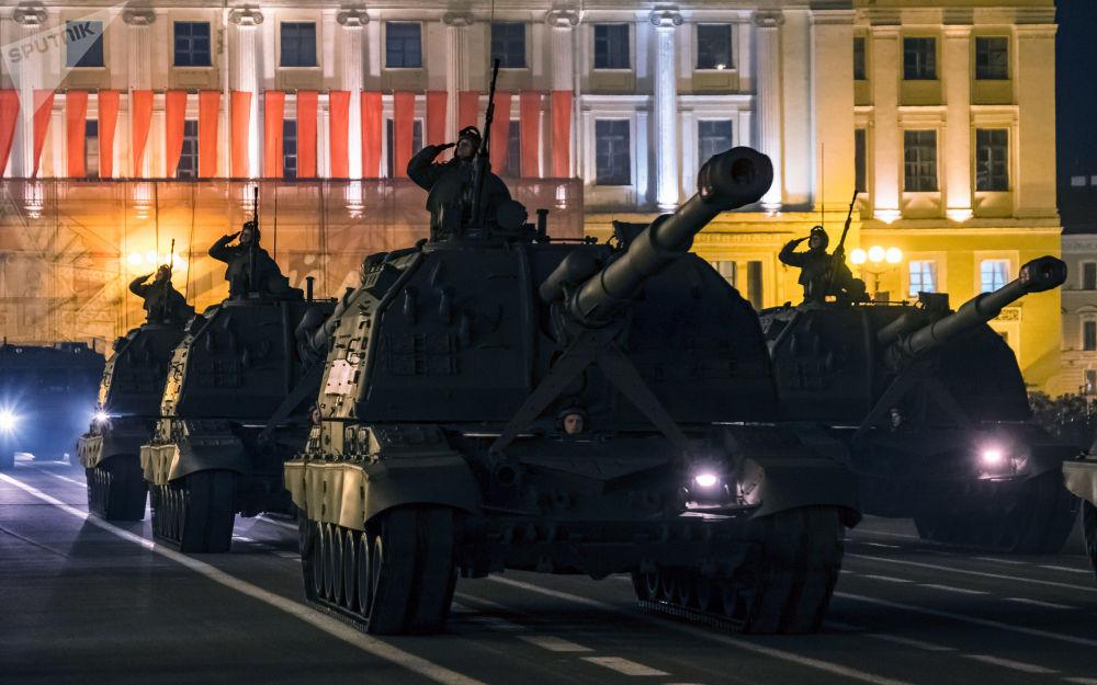 Obuseiro autopropulsado Msta-S durante um ensaio da 73ª Parada da Vitória em São Petersburgo