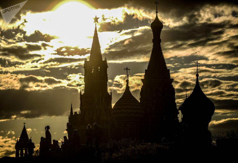 Torre Spasskaya e Catedral de São Basílio vistas do parque Zaryadye, em Moscou