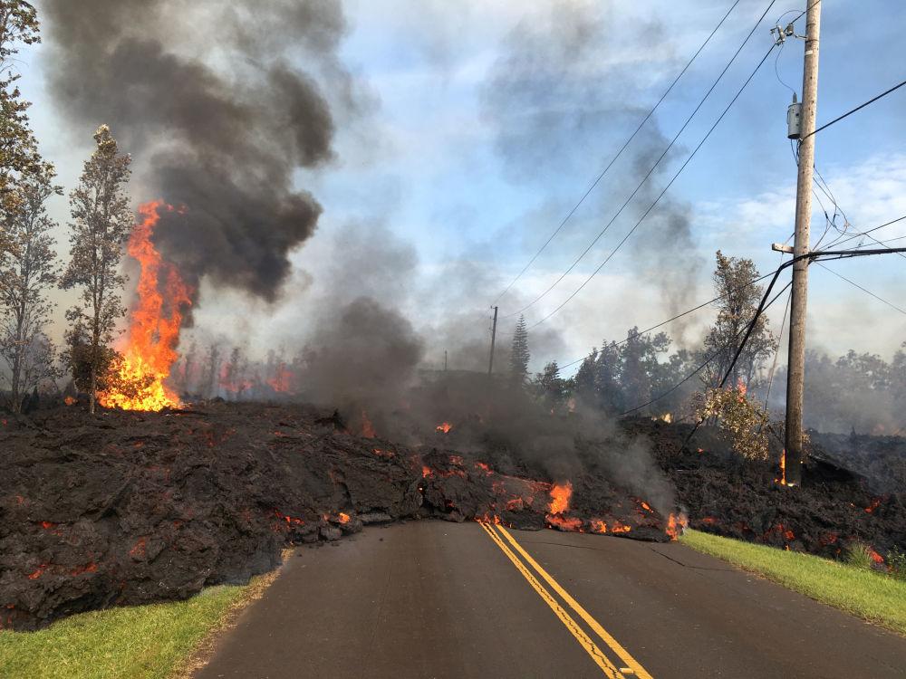 Lava avança em uma rua no Havaí, EUA