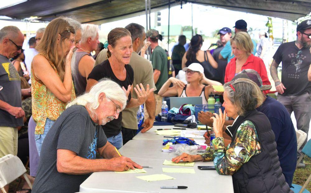 Moradores evacuados durante preenchimento de formulários para poder retornar a suas casas