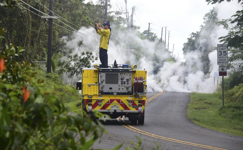 Bombeiro tira foto da fumaça emitida por uma fissura vulcânica no Havaí