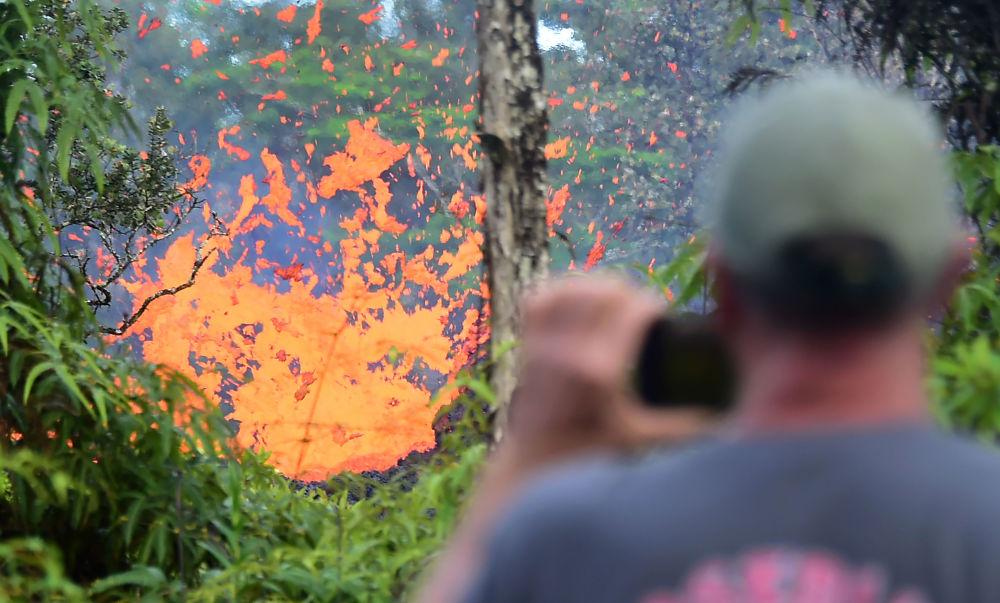 Jatos de lava após erupção do vulcão Kilauea, no Havaí