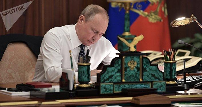 Presidente eleito Vladimir Putin no seu escritório, antes da cerimônia solene de posse