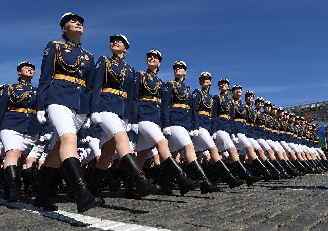 Estudantes da Universidade Militar do Ministério da Defesa durante o ensaio geral da Parada da Vitória