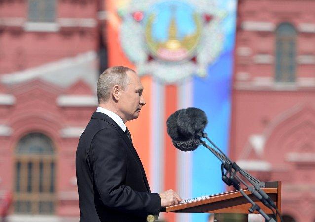Presidente russo Vladimir Putin discursando antes da Parada da Vitória em Moscou