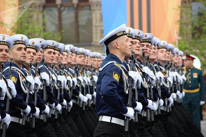 Estudantes da Escola Superior Naval do Mar Negro Nakhimov participam do ensaio geral da 73ª Parada da Vitória, em 6 de maio de 2018, na Praça Vermelha