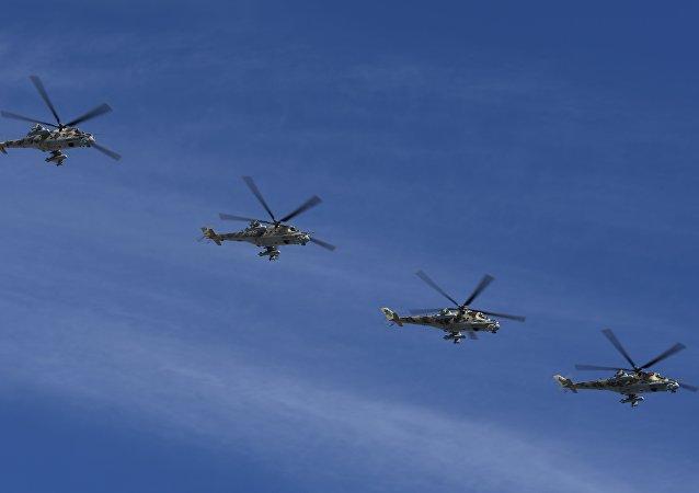 Helicópteros Mi-28N sobrevoam Praça Vermelha durante Parada da Vitória , 9 maio de 2018, Moscou