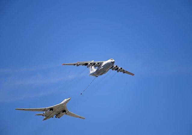 Avião de reabastecimento Il-78 e bombardeiro estratégico Tu-160 durante o desfile militar dedicado ao Dia da Vitória, Moscou, 9 de maio de 2018