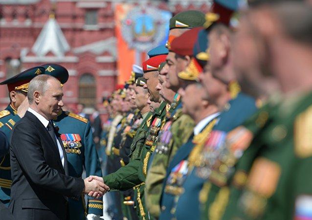 Presidente russo, Vladimir Putin, com militares depois da Parada da Vitória, Moscou, 9 de maio de 2018