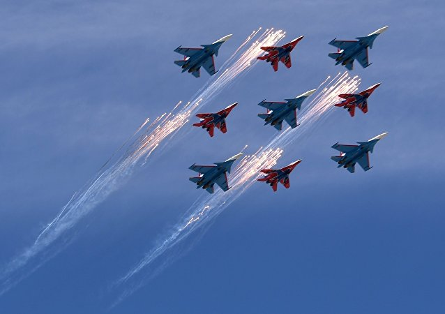As esquadrilhas de acrobacia aérea Russkye Vityazi e Strizhi, em aviões Su-30SM e MiG-29SMT sobrevoando Moscou, 9 de maio de 2018