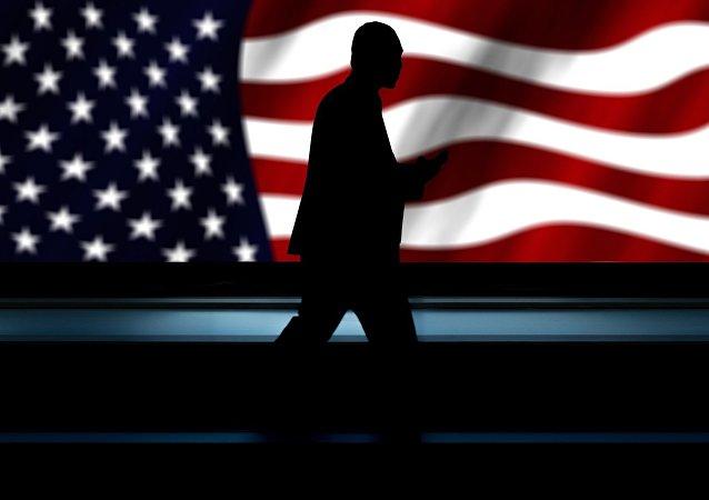 Silhueta masculina com bandeira norte-americana de plano de fundo