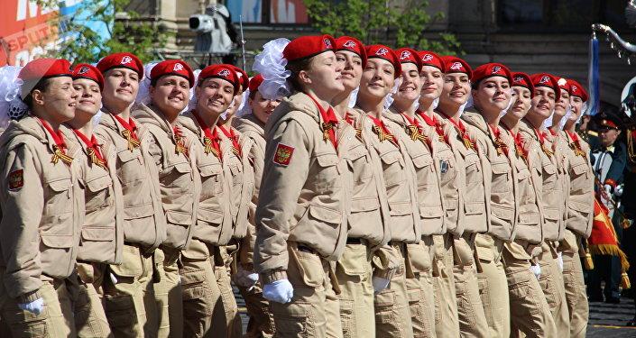Grupo feminino do movimento juvenil patriótico-militar Yunarmia passa pela Praça Vermelha durante a 73ª Parada da Vitória, na Praça Vermelha, em 9 de maio de 2018