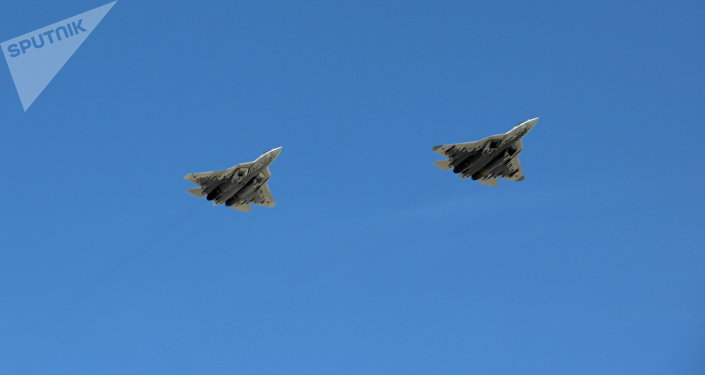 Bombardeiros multifuncionais furtivos de 5ª geração Su-57 participam da parte aérea da 73ª Parada da Vitória, na Praça Vermelha, em 9 de maio de 2018