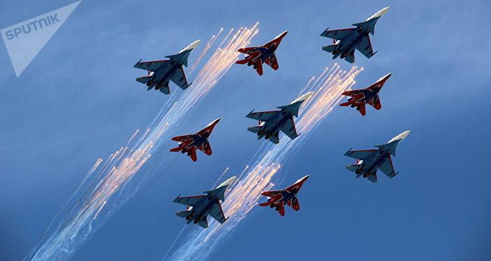 Esquadrilhas de acrobacia aérea Russkye Vityazi e Strizhi, em aviões Su-30SM e MiG-29SMT participam da parte aérea da 73ª Parada da Vitória, na Praça Vermelha, em 9 de maio de 2018