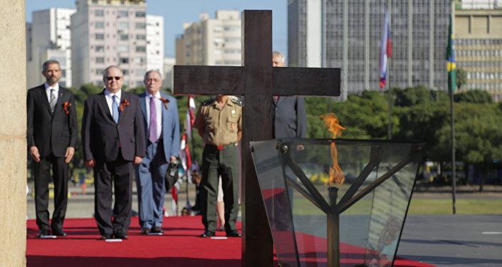 Embaixador da Rússia no Brasil, Sergei Akopov, e o cônsul-geral da Rússia no Rio de Janeiro, Vladimir Tokmakov, prestam homenagem aos heróis da 2ª Guerra Mundial diante da chama do soldado desconhecido.